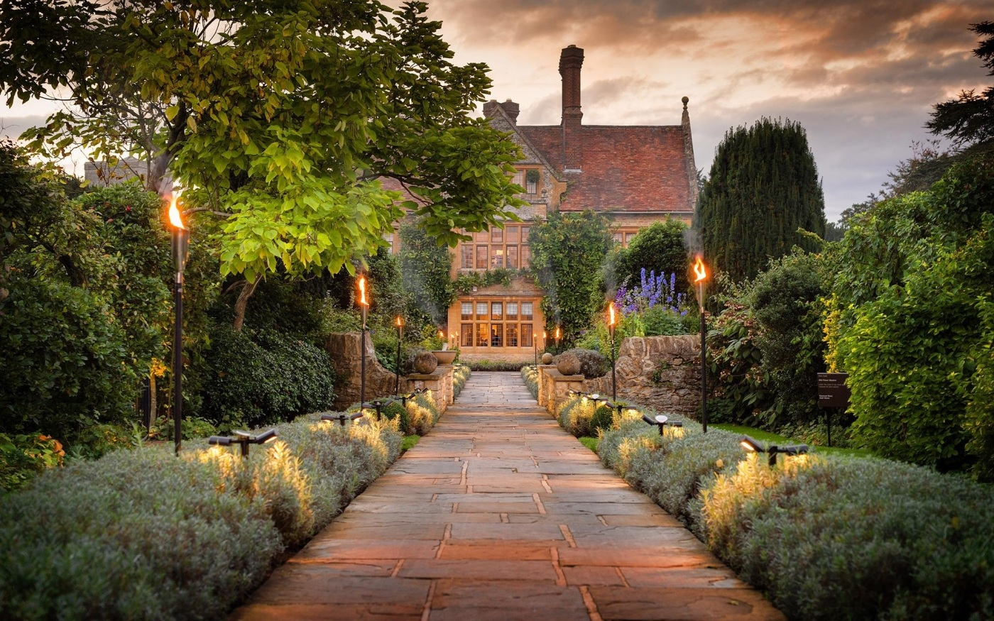 le manoir House with lights