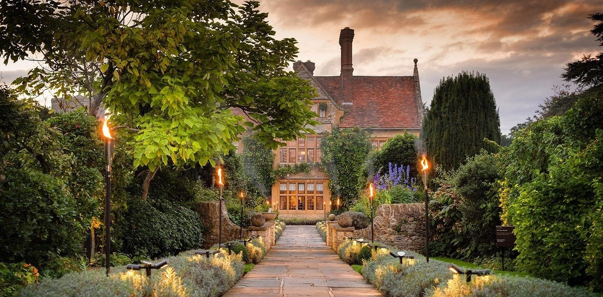 le manoir House with lights-min